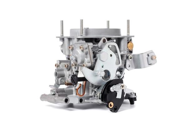 白い背景で隔離される液体燃料の細かいスプレーと空気を混合するための内燃機関用の車のキャブレター。自動車部品。