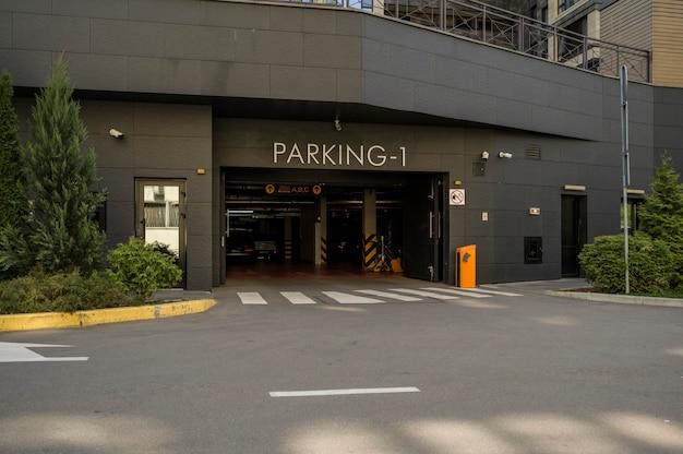 Заезд автомобиля в гараж для автомобилей многоквартирного дома, парковка
