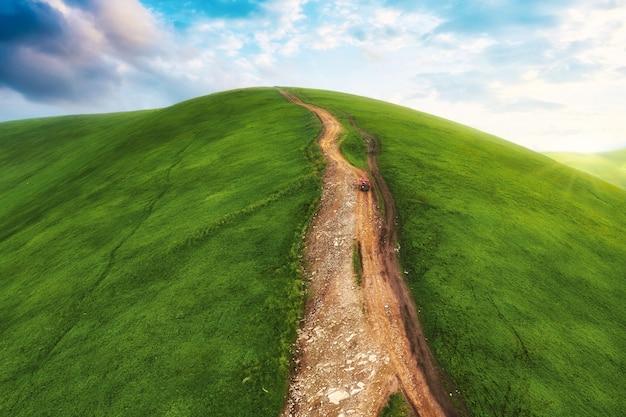 車が山道を登って山の頂上まで