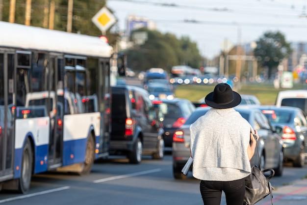 営業日の終わりに市内中心部を離れる車の混雑