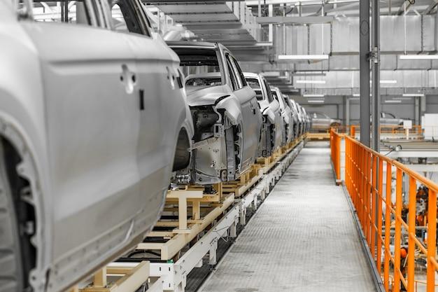 페인팅하기 전에 현대 공장 본체에서 자동차 컨베이어