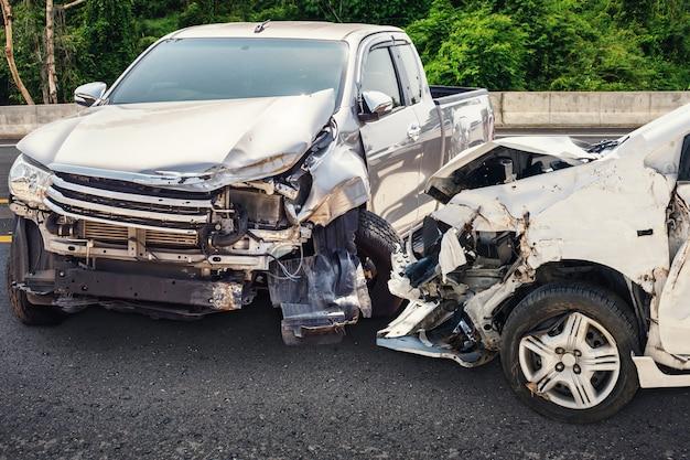 도로에서 자동차 충돌 사고 손상
