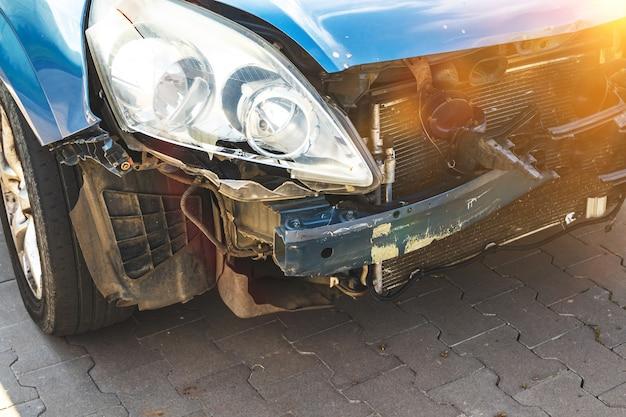 자동차 충돌 사고입니다. 범퍼에 가벼운 손상 및 긁힘. 부서지고 부서진 자동차의 전면, 세부 사항, 클로즈업 사진