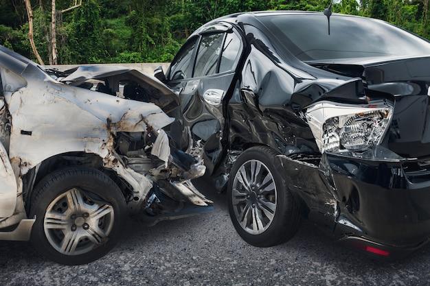 도로에 자동차 충돌 사고
