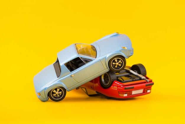 黄色に分離された自動車事故事故シーンの輸送と事故の概念 Premium写真