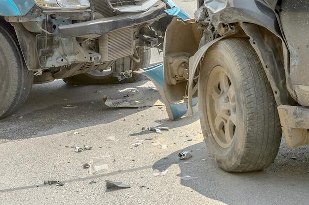 Автокатастрофа от автомобильной аварии на сельской дороге между салоном и пикапом ждут страховки.