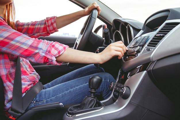車のダッシュボード。ラジオのクローズアップ