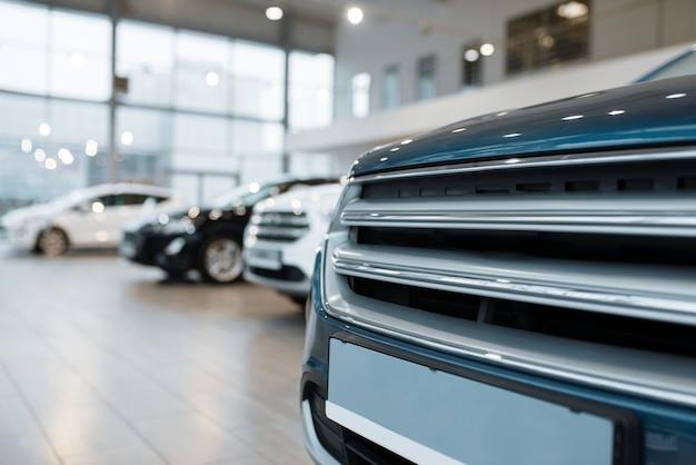 Автосалон, вид крупным планом на решетке автомобильного радиатора. новый автосалон, бизнес-концепция автодилера