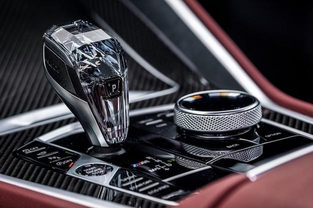 Деталировка автомобиля. хромированный рычаг переключения акпп. ручка акселератора и кнопки парковки