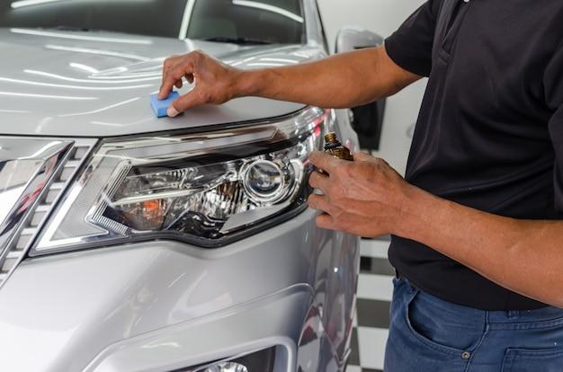 車のディテール-整備士は、車の傷を防ぐためのナノセラミックコーティングガラスです。