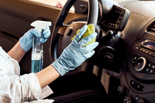 車の消毒サービス。車内のクレンジングと消毒液のスプレー