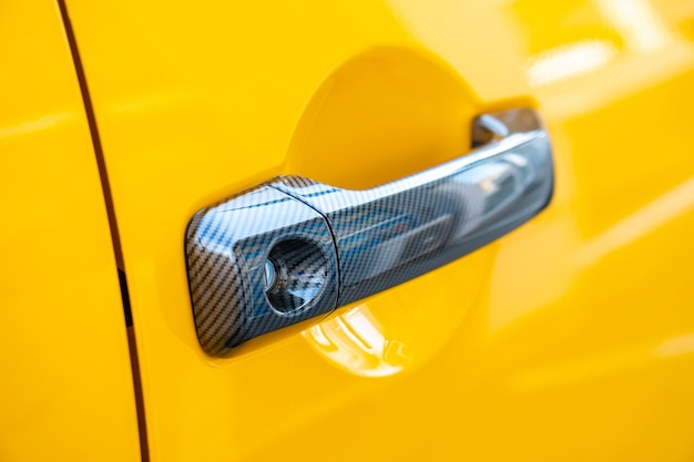 車のドアのロックとハンドル。黄色。交通手段。