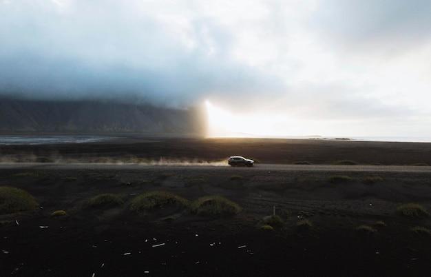 アイスランド南東部のstokksnes半島での車の運転