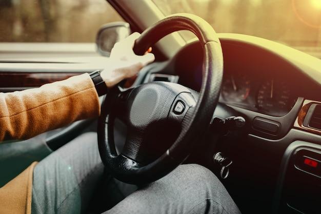 자동차 운전사는 일몰 컨셉의 자동차 여행에서 여름에 여행한다