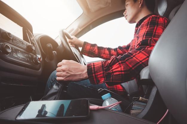 자동차 운전 개념. 운전 모드로 이동하거나 기어를 변경하는 남자 운전자. 전송 스틱에 손을 닫습니다