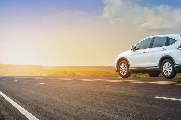 Вождение автомобиля на дороге, автомобиль на фоне неба дороги шоссе