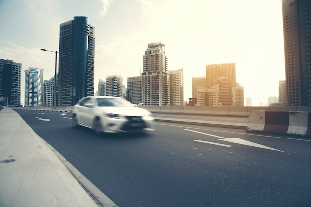 高い建物のある道路を走る車