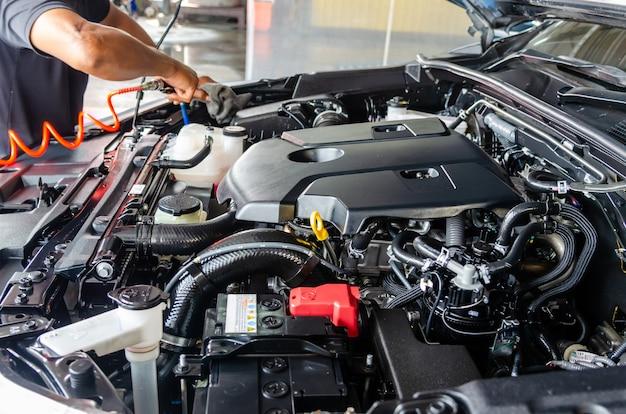 車のエンジンを洗った後、車のエンジン整備士をきれいにする