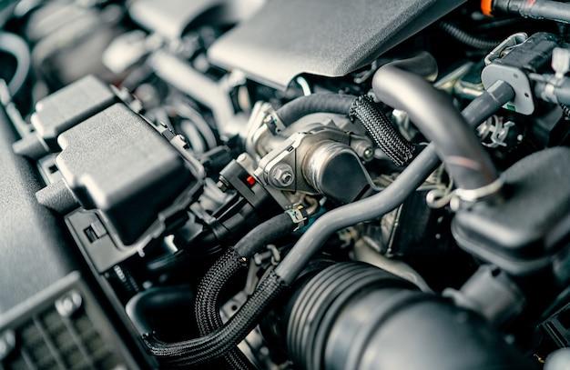 メンテナンス中の車のエンジン