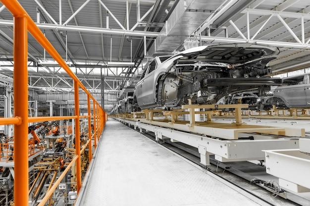 コンベア上の自動車工場の車体
