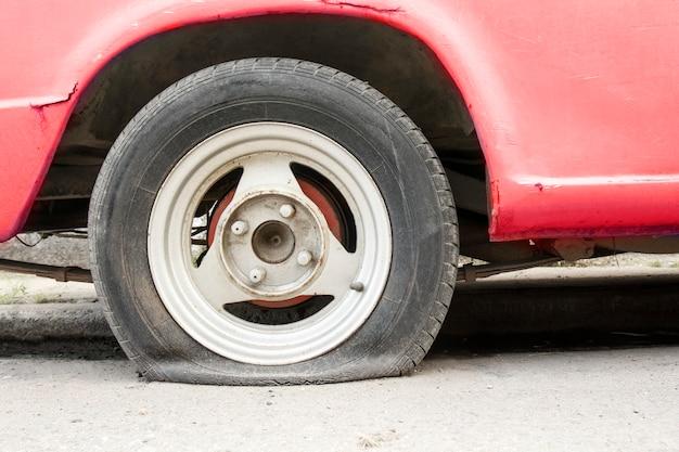 Спущенное колесо автомобиля ждет помощи.
