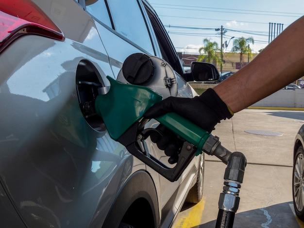 ガソリンで燃料を補給する車