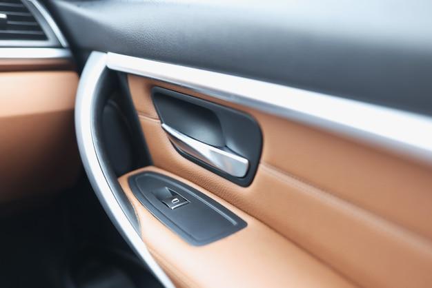 高級車の車のハンドルとウィンドウリフターボタン