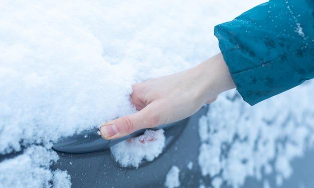 雪の中の車のハンドル。季節は冬です。