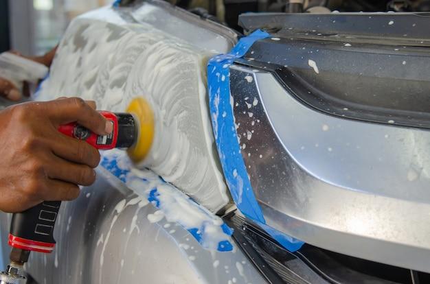 ヘッドライト研磨機による車のヘッドライト清掃サービス