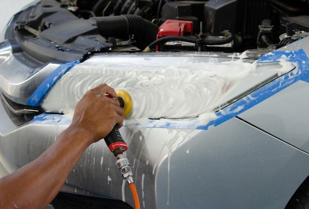 Станок для полировки автомобильных фар в магазине по уходу за автомобилем