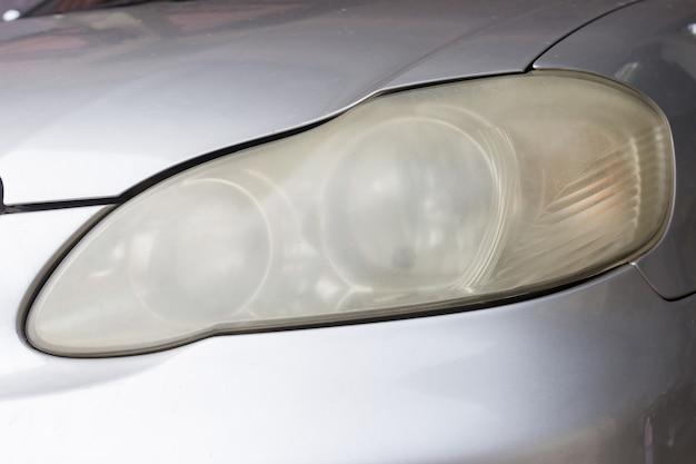 長期間使用され、メンテナンスが不足している車のヘッドライトは曇っています