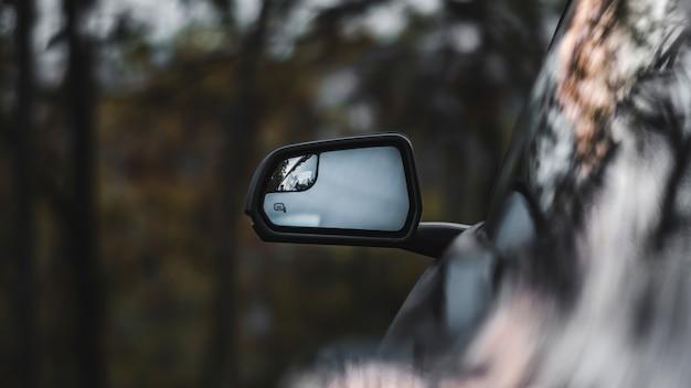 車のハイテクノロジーのサイドビューミラー