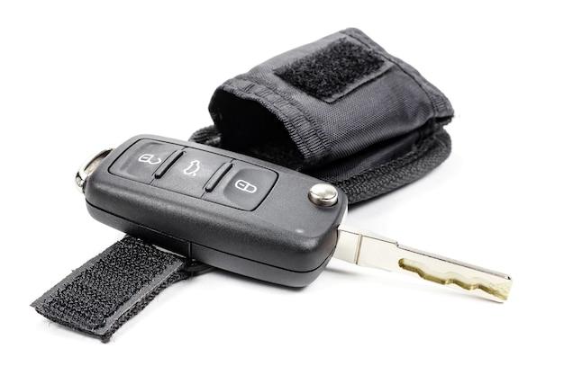 Ключ зажигания автомобиля с мешком для хранения на белом