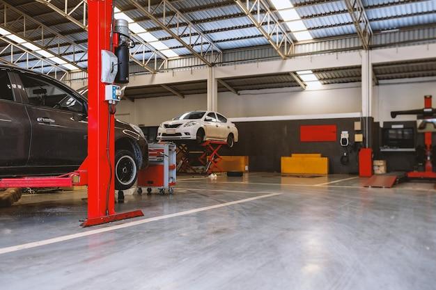 Автомобиль в сервисном центре ремонта автомобилей с мягким фокусом и над светом на заднем плане