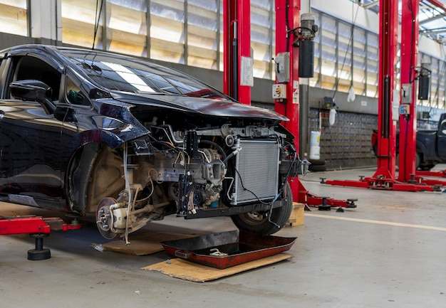 ソフトフォーカスの自動車修理サービスセンターの車