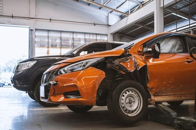 Автомобиль в автосервисе с мягким фокусом Premium Фотографии