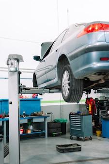 Автомобиль в гараже автомастерской