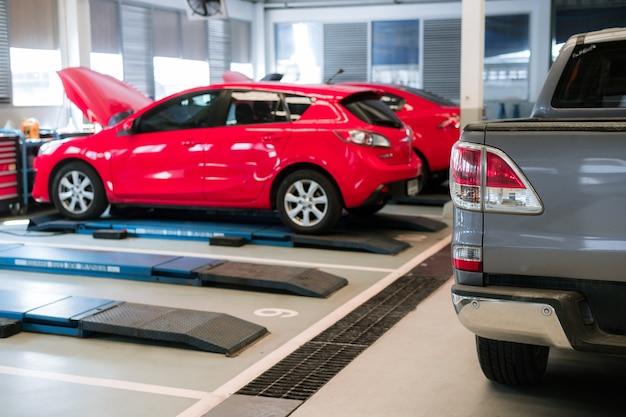 修理およびサービスセンターの車
