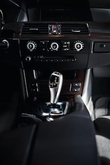 Автомобиль внутри переключения рычага автоматической коробки передач