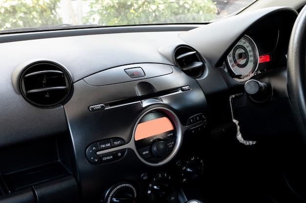 Автомобиль внутри места водителя. передние сиденья с контрольной панелью.