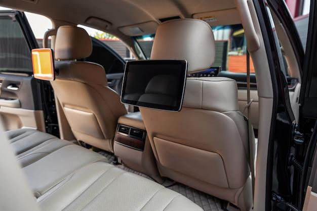 Автомобиль внутри мультимедийных экранов или телевизионных дисплеев для задних пассажирских сидений салон роскошного автомобиля с