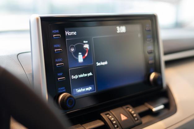 車の計器盤のダッシュボードはスピードメーターのタコメーターの走行距離計が付いているスクリーンを導きました