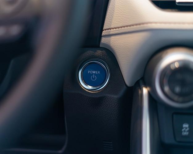 スピードメータータコメーターオドメーター付き車のインストルメントパネルスタート電源ボタンダッシュボード