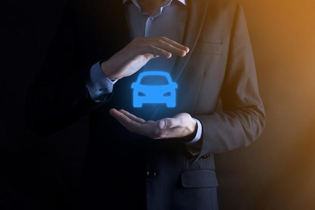 자동차 보험 및 충돌 손상 면제 개념. 보호 제스처와 자동차 아이콘 여성 보험사.