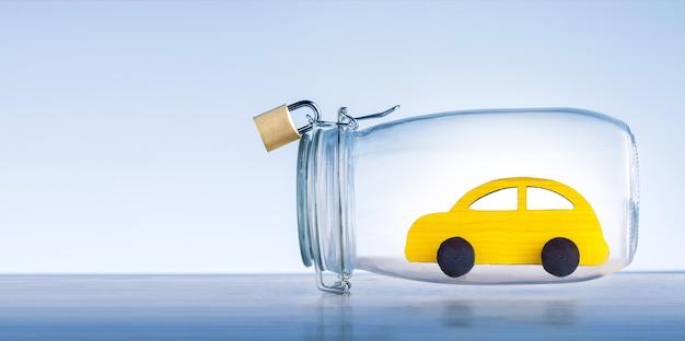 Концепция баннера страхования автомобилей. желтая игрушечная машинка защищена стеклянным куполом.