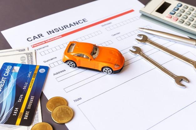 모델 및 정책 문서가 포함 된 자동차 보험 양식