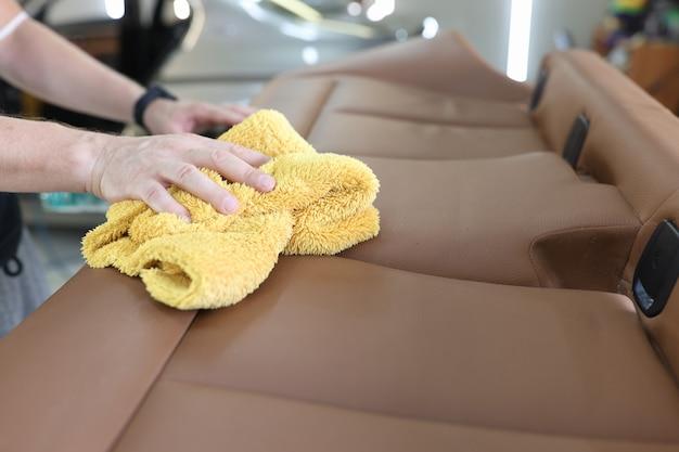 Концепция услуг мойки салона автомобиля и кожаных сидений