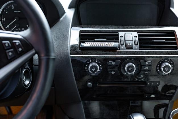 Салон автомобиля. современный автомобиль спидометр и приборная панель. роскошный автомобильный приборный щиток.