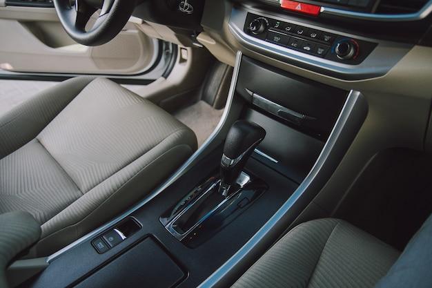 Интерьер автомобиля с автоматической коробкой передач top vie
