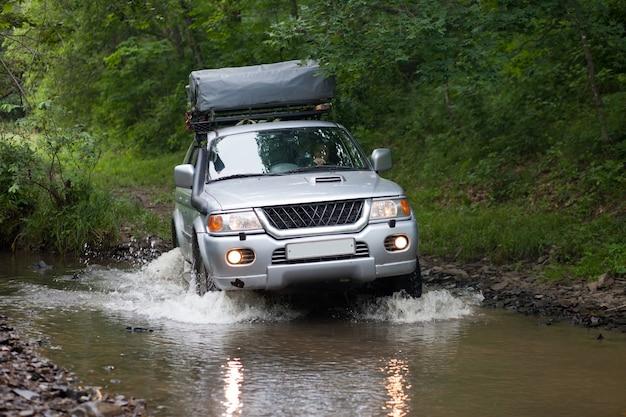 자동차가 작은 강을 건너고 있다